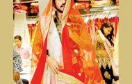 গায়ে শাড়ি জড়ালেন ইরফান খান