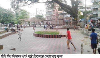 চট্টগ্রাম ডিসি হিল বিনোদন পার্ক মাঠে ক্রিকেটারের বলের আঘাত ৩ মহিলা আহত