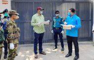 চট্টগ্রাম নগরীতে কোয়ারেন্টিন তদারকিসহ হতদরিদ্রদের মাঝে ডিসি'র ত্রাণ বিতরণ