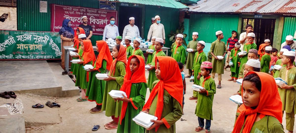 নাইক্ষ্যংছড়িতে বিজিবির উদ্যোগে শিক্ষক ও শিক্ষার্থীদের মাঝে ইফতার সামগ্রী বিতরণ